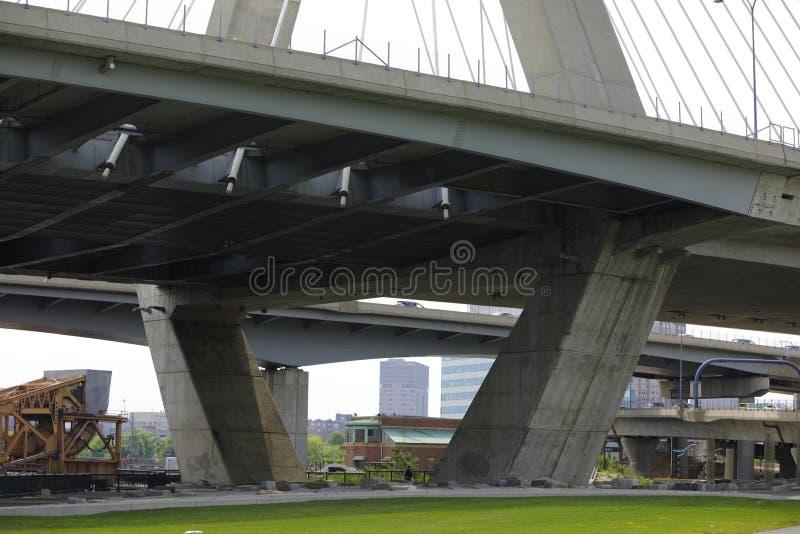 Avsnitt av Leonard Zakim Bunker Hill Bridge royaltyfria foton