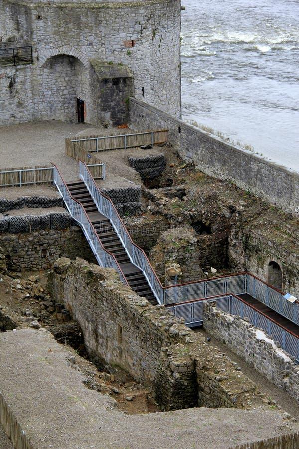 Avsnitt av trappan som leder ner in i områden av slotten för konung Johns, limerick, Dublin, Oktober, 2014 fotografering för bildbyråer
