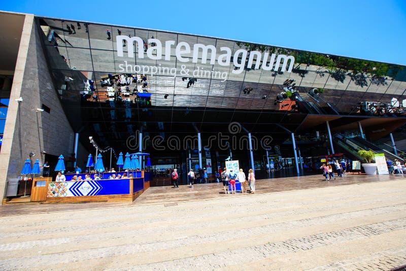 Avspegla skylten av shopping- och underhållningmitten Maremagnum arkivfoton