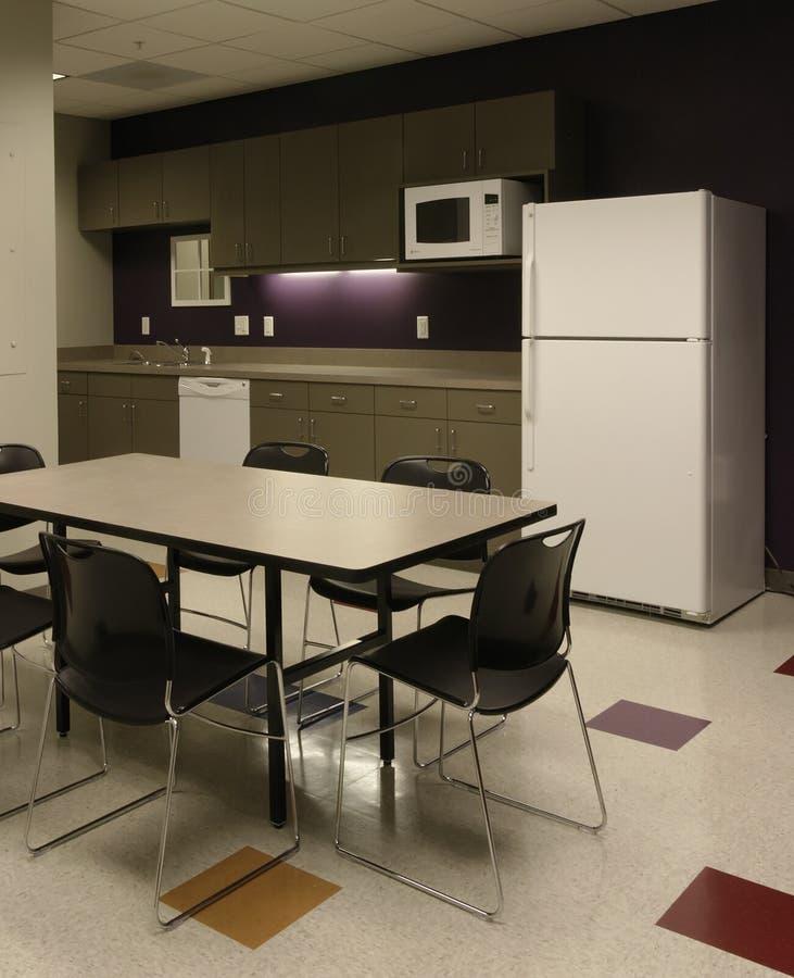 avstånd för lokal för kontor för kök för avbrottscafeanställd arkivbilder