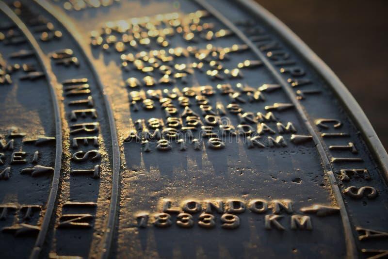 Avstånd för stensolur-/kompassvisning till London från monteringen Victoria, Devonport, Nya Zeeland arkivfoton