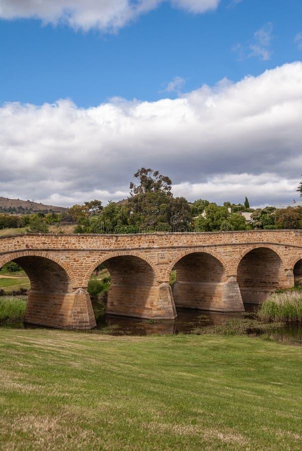 Avståndsportrait från Richmond Bridge i Richmond, Tasmania, Australien fotografering för bildbyråer