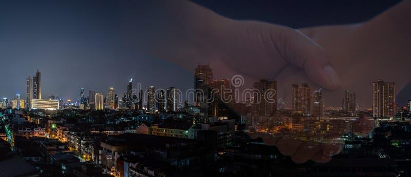 Avtal av affärsmannen med det moderna nattstadsbanret royaltyfri bild