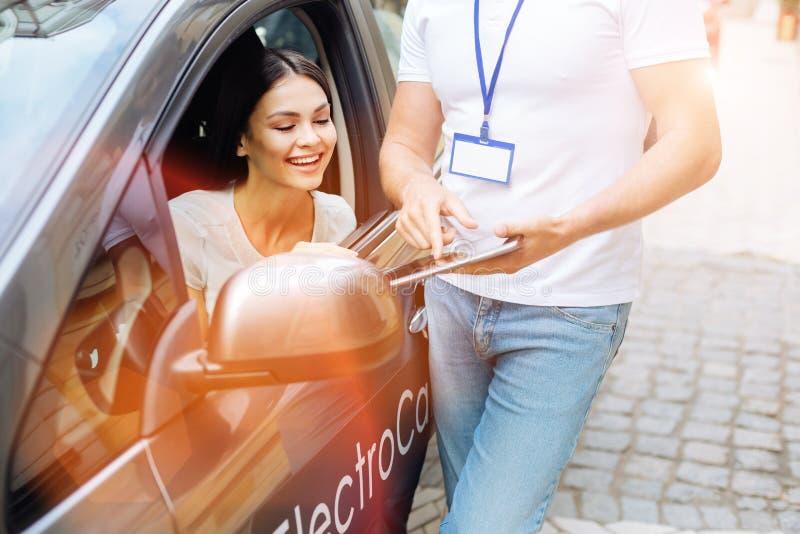 Avtal för visning för anställd för byrå för bilhyra till klienten royaltyfri bild