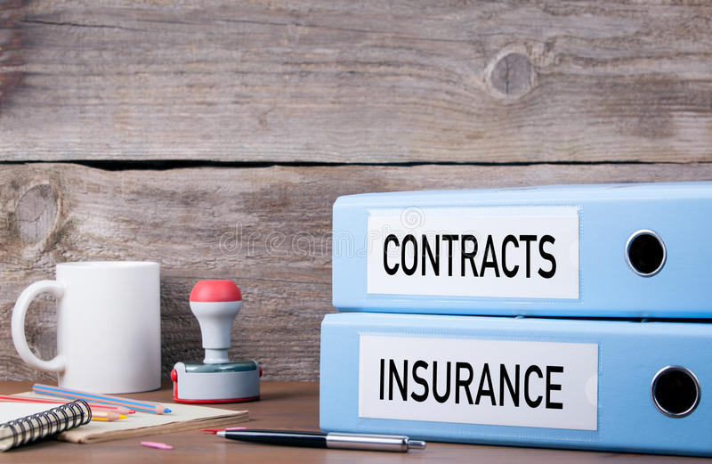 Avtal och försäkring Två limbindningar på skrivbordet i kontoret Busi royaltyfri foto