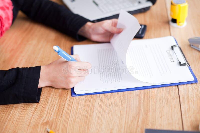 avtalet undertecknar upp kvinnan royaltyfria foton