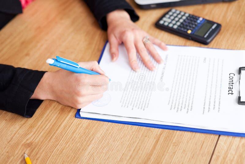 avtalet undertecknar upp kvinnan royaltyfria bilder