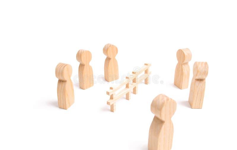 Avtalsavbrott, konflikt av intressen Förhandlingar av affärsmän Ett trästaket delar de två grupperna som diskuterar fallet arkivbilder