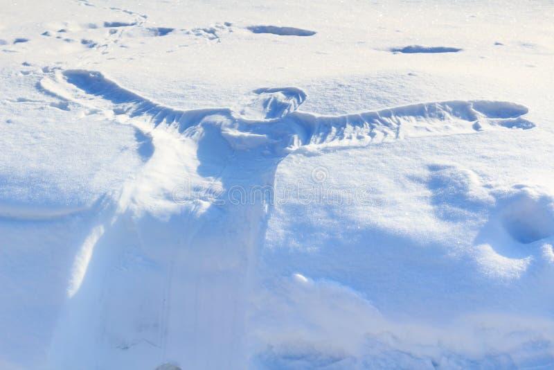 Avtryck av människokroppen på snön royaltyfria bilder