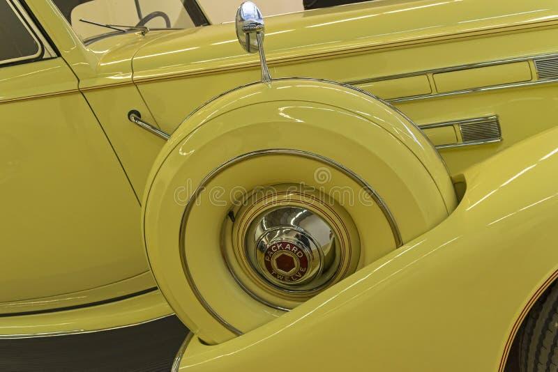 Avvara whee på Packarden bilen för tolv serier royaltyfri bild