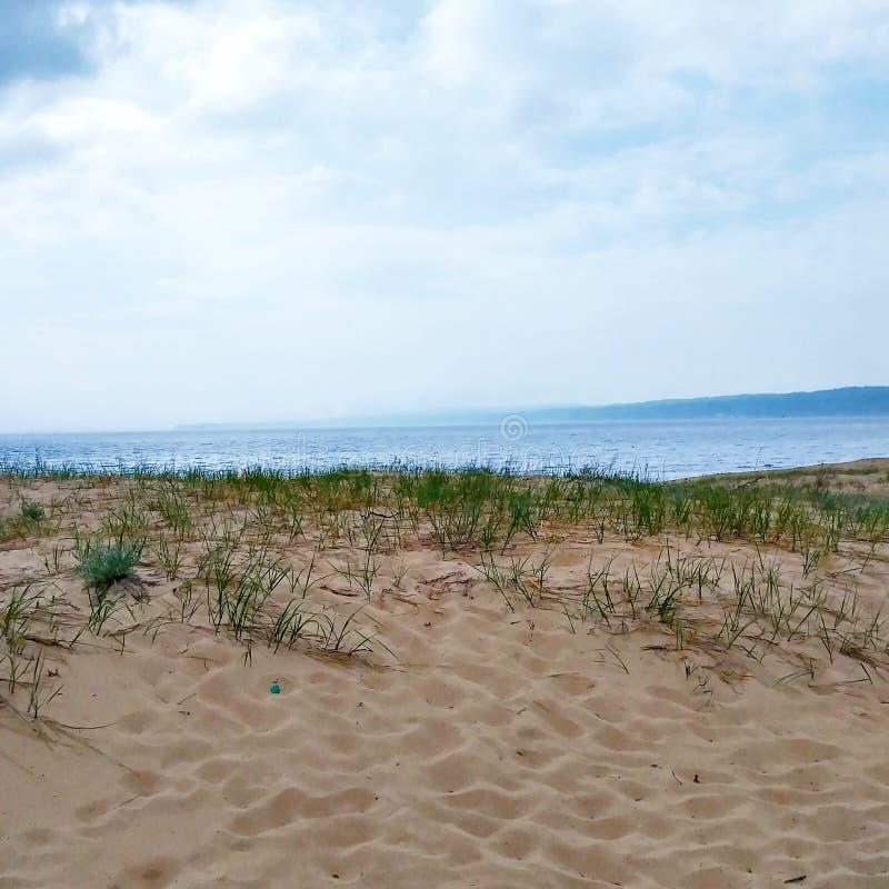 Avventura blu il lago Superiore Michigan di viaggio dei ciottoli delle rocce del ceppo del legname galleggiante della sabbia dell fotografia stock libera da diritti