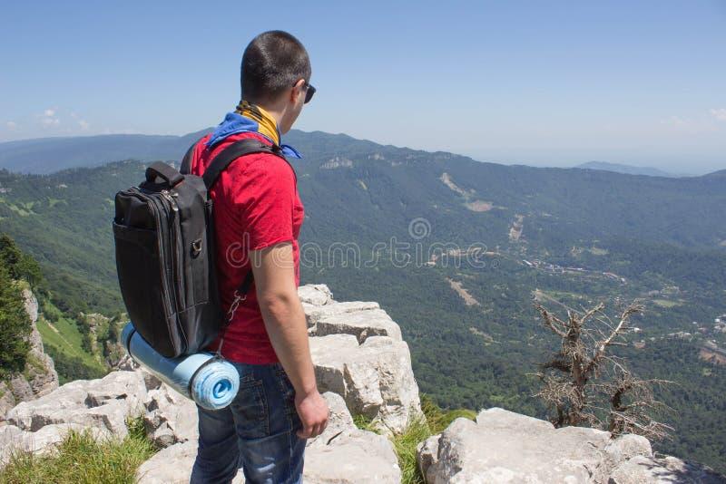 Avventura di viaggio ed attività di escursione nello stile di vita attivo e sano delle montagne, durante il giro di fine settiman immagini stock