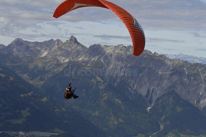 Avventura: Parapendio sopra Schruns nel Montafon Valle, Vorar fotografia stock libera da diritti