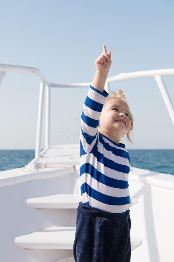 Avventure di viaggio e vacanza di viaggio di estate di smania dei viaggi Felicit? di infanzia bambino piccolo felice sull'yacht b fotografia stock