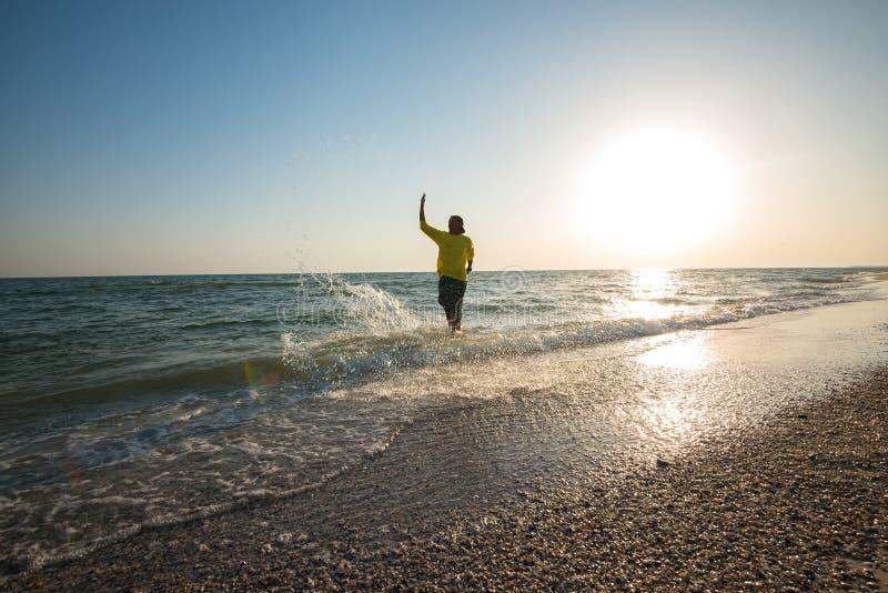 Avventuriere allegro che spruzza acqua e divertiresi immagini stock libere da diritti
