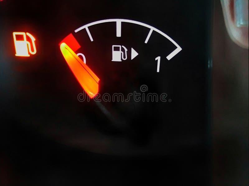 Avvertendo che c'è poca benzina lasciata immagini stock