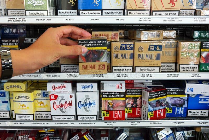 Avvertendo sui pacchetti della sigaretta fotografia stock
