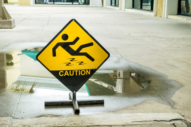 Avvertimento del segno del pavimento bagnato di cautela immagine stock libera da diritti