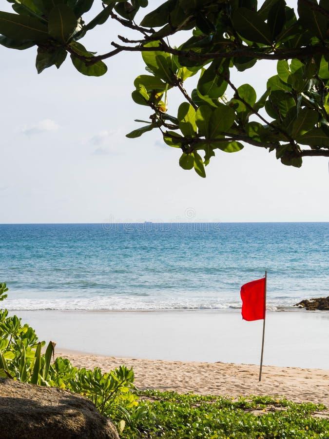Avvertimento della bandiera rossa sulla spiaggia Avvertimento del pericolo di grandi onde per la gente che bagna nel mare Spiaggi immagine stock libera da diritti