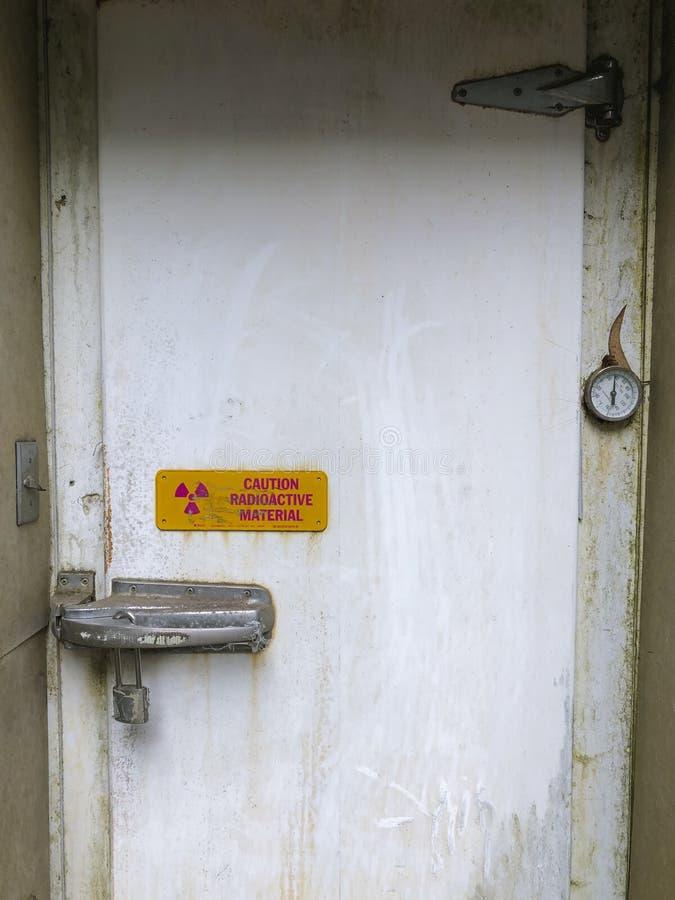 Avvertimento di radiazione su una porta bloccata immagine stock libera da diritti