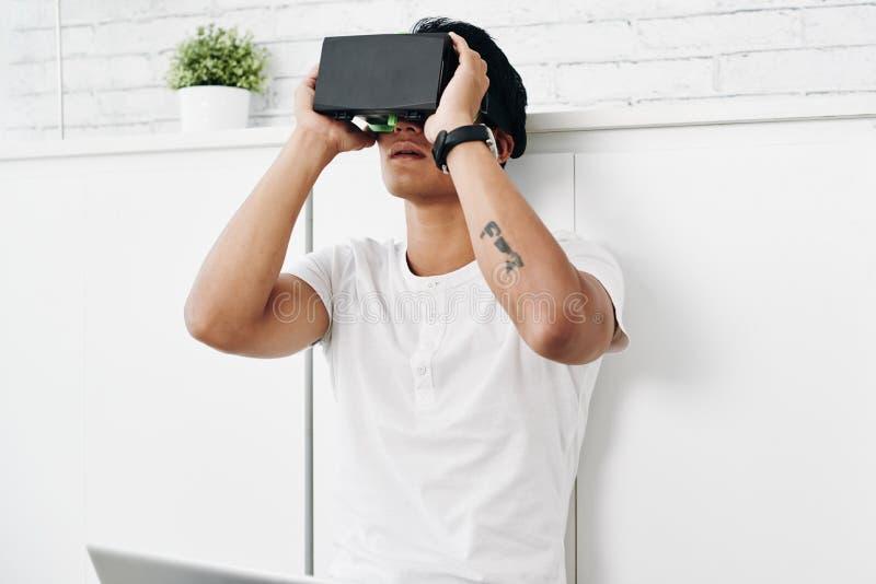 Avvertire realtà virtuale immagine stock libera da diritti