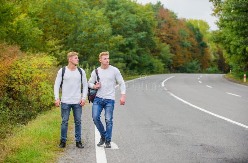 Avvia conversazione viaggio stradale wanderlust Hiking con gli amici è fantastico andare a cercarsi Viaggi e escursionismo fotografia stock