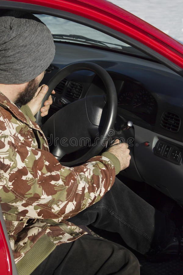 Avviare automobile nell'inverno fotografie stock libere da diritti
