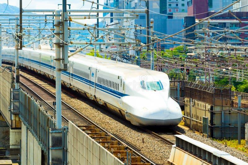 Avvicinamento del treno di pallottola di Shinkansen inclinato fotografie stock