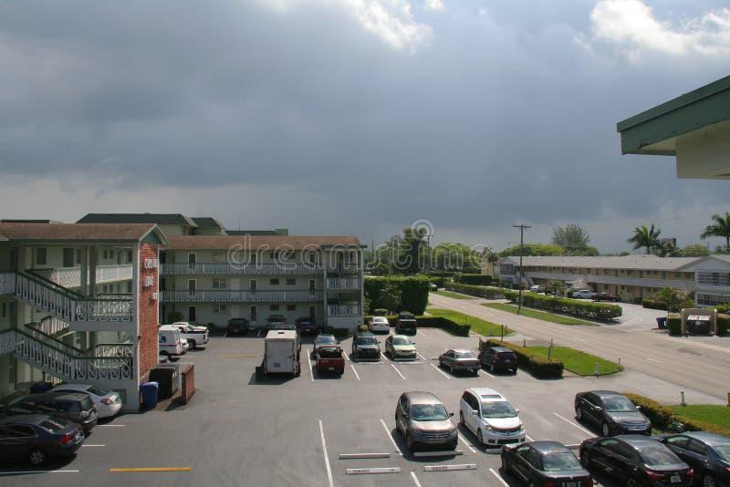Avvicinamento della tempesta del parcheggio del condominio fotografie stock libere da diritti