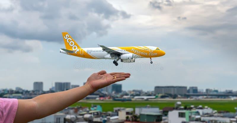 Avvicinamento finale dell'aeroplano di FlyScoot in Tan Son Nhat International Airport immagine stock libera da diritti