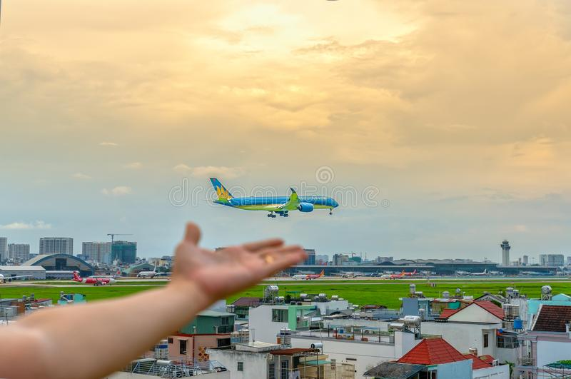 Avvicinamento finale di Airbus A321 di linea aerea del Vietnam in Tan Son Nhat International Airport immagini stock libere da diritti