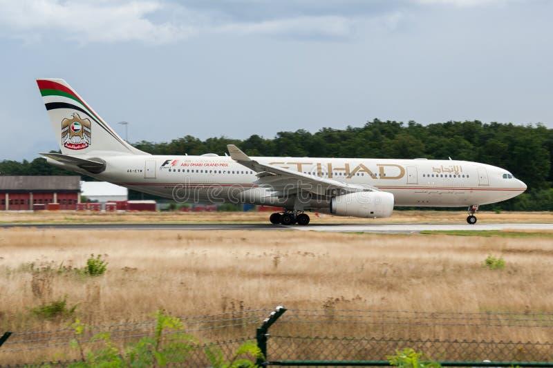 Avvikelse för nivå för passagerare för Etihad Airways flygbuss A330-200 A6-EYM på den Frankfurt flygplatsen arkivbild