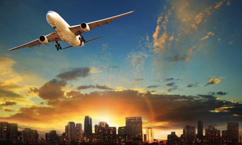 Avvikelse för passagerarenivå mot härlig stadsbyggnadsbackgr arkivfoton