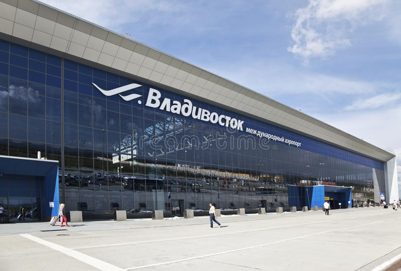 Avvikelsekorridoren av terminalen av den internationella flygplatsen i Vladivostok royaltyfria foton