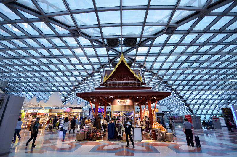 Avvikelseport och korridor i den nya flygplatsen Suvarnabhumi i Bangk royaltyfria bilder