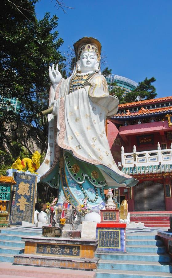 AVVISA FJÄRDEN, HONGKONG —MARS 02, 2016: Den Guanyin statyn lokaliserar i relikskrin på slutet av avvvisandefjärdstranden Hong  arkivfoto