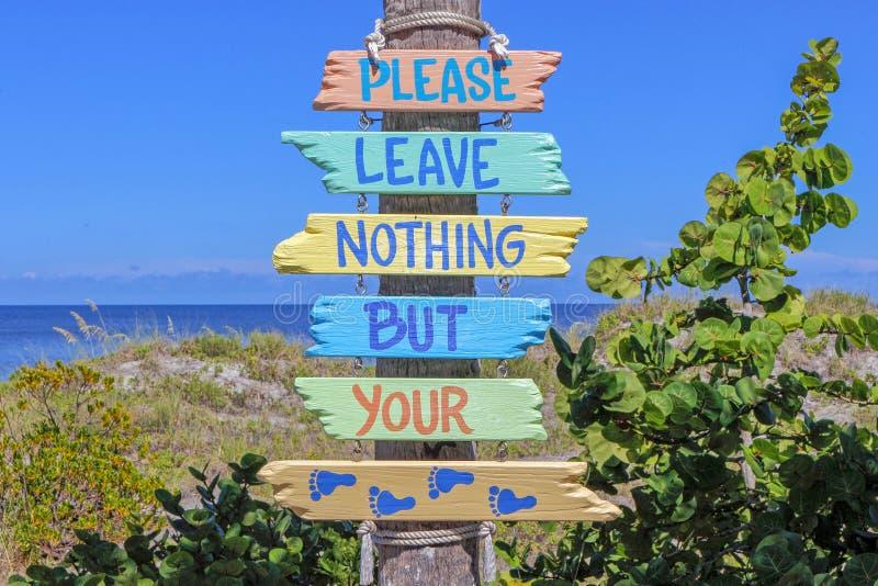 Avviso ecologico in spiaggia indiana delle rocce immagine stock