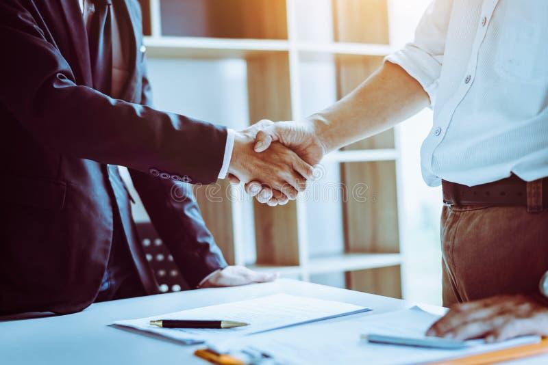 Avvocati asiatici degli avvocati del partner di medio evo che stringono le mani dopo la discussione dell'accordo di contratto fat fotografia stock