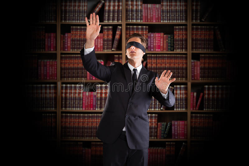 Avvocato bendato Gesturing In Office fotografia stock