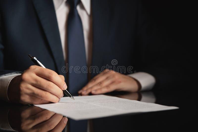 Avvocato, avvocato che firma un contratto immagine stock