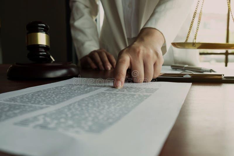 Avvocato che lavora con le carte del contratto sulla tavola in ufficio avvocato del consulente, avvocato, giudice della corte, co fotografie stock