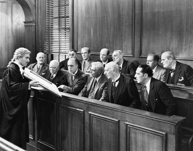 Avvocato che mostra prova alla giuria (tutte le persone rappresentate non sono vivente più lungo e nessuna proprietà esiste Garan fotografia stock libera da diritti