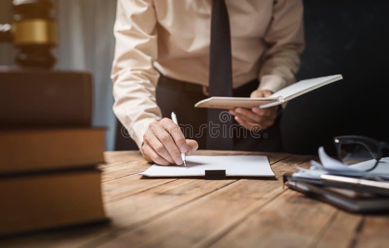 Concetto della giustizia legge scala soldi e libro for Scrivania avvocato