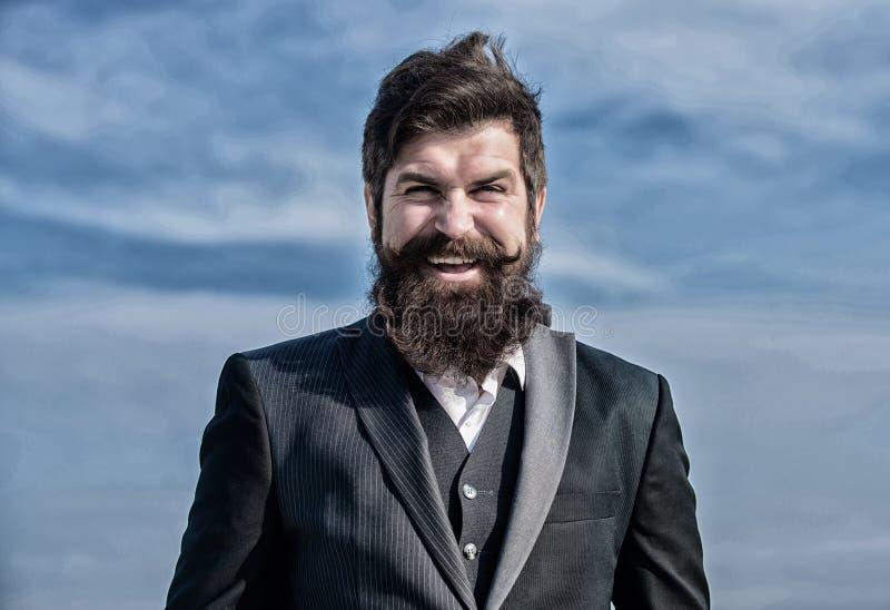 Avvocato felice Avvocato dell'uomo d'affari contro il cielo Successo futuro Modo convenzionale maschio Avvocato barbuto dell'uomo fotografia stock libera da diritti