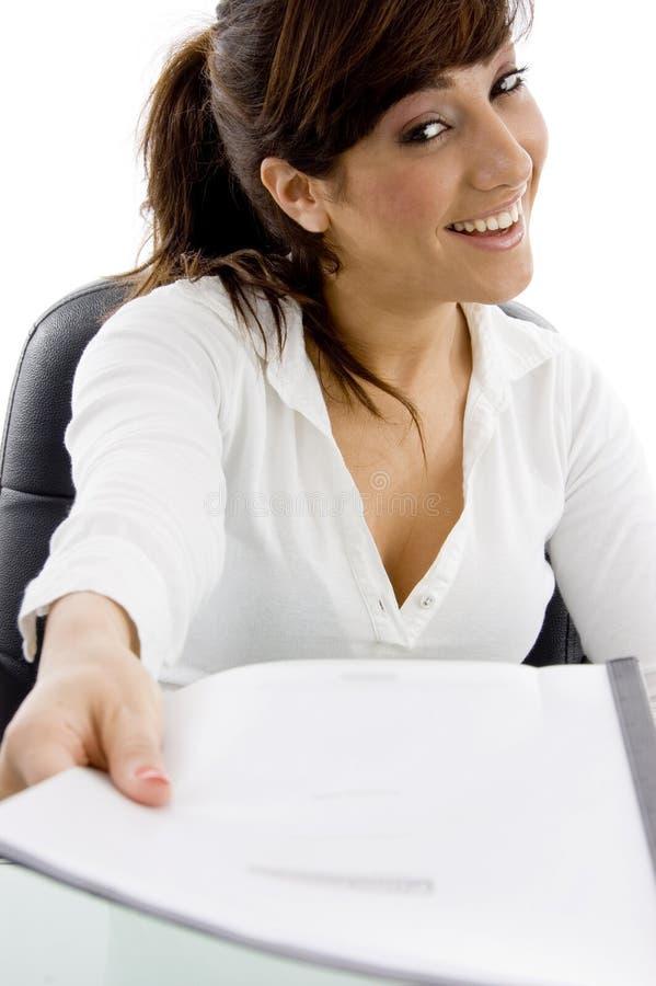 Avvocato femminile sorridente che mostra il suo documento fotografie stock