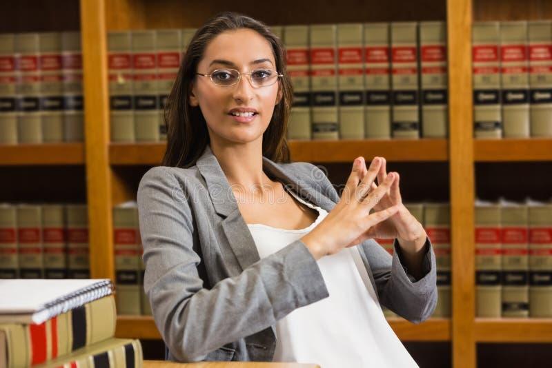 Avvocato grazioso nella biblioteca di legge immagine stock