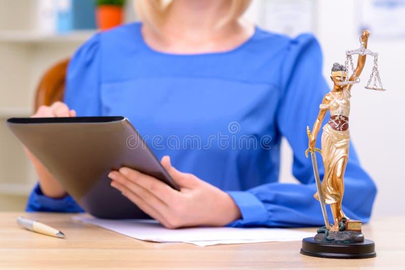 Avvocato professionista che si siede alla tavola immagine stock