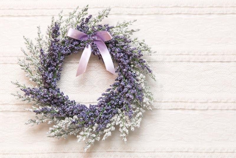 Avvolga con i fiori della lavanda sul fondo del tessuto del pizzo fotografia stock