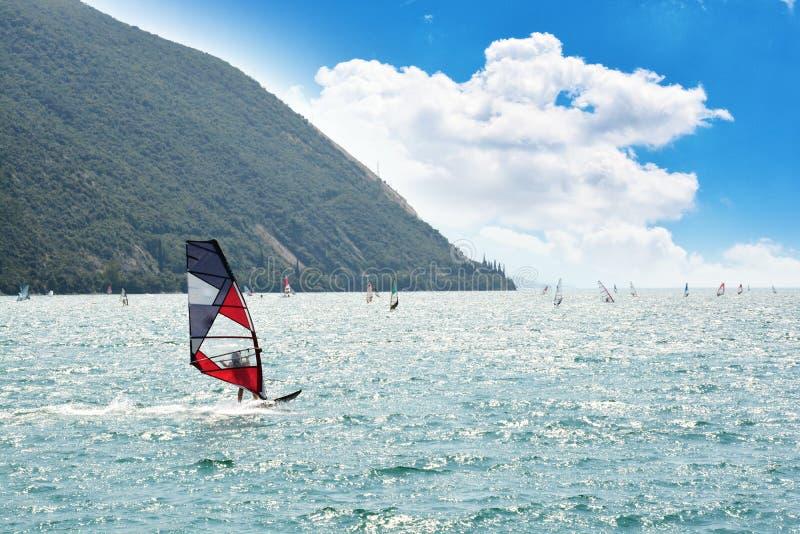 Avvolga la spuma sul lago garda, Riva del Garda - Italia immagini stock