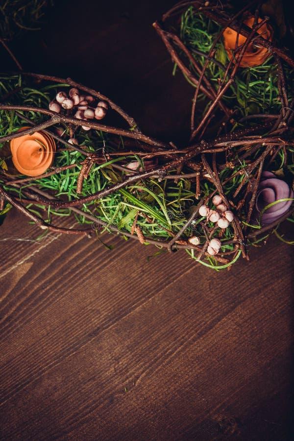 Avvolga in una forma di cuore fatta da erba fotografie stock
